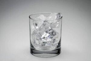 chłodzenie szklanki za pomocą lodu - negroni przygotowanie