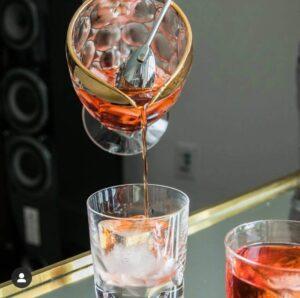 widok na odpowiedniej wielkości blok lodu w szklance negroni